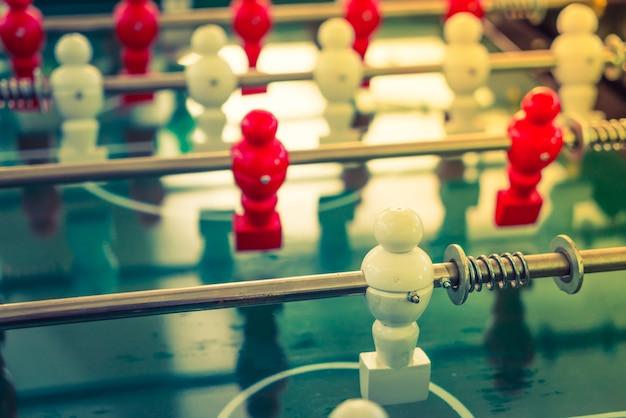 Tischfußballspiel mit roten und weißen spieler (gefiltertes bild p