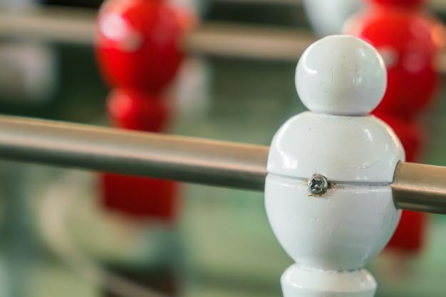 Tischfußballspiel mit roten und weißen spieler.