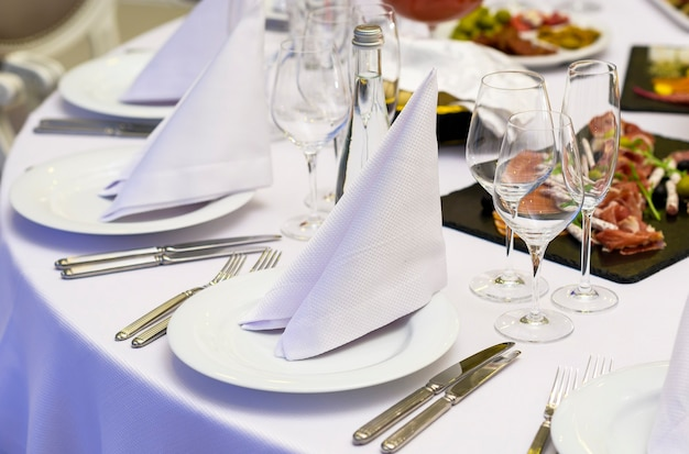 Tischgedeck für die feier und den empfang der gäste im wintergedeck des restaurants bei einem bankett am abend