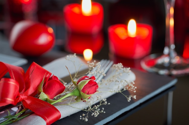 Tischgedeck mit feiertagsdekoration. romantisches abendessen.