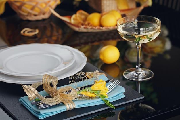 Tischgedeck mit feiertagsdekoration