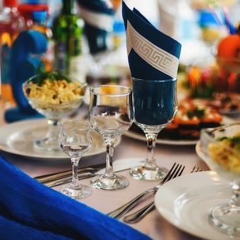 Tischgläser mit servietten auf dem dekorierten festlichen tisch