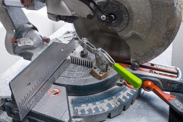 Tischkreissäge zum schneiden von metall