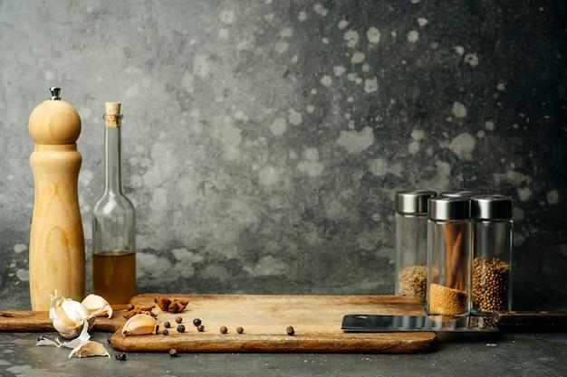 Tischküchenhintergrund. lebensmittelhintergrund zum kochen von hausgemachten gerichten, fleisch und gemüse