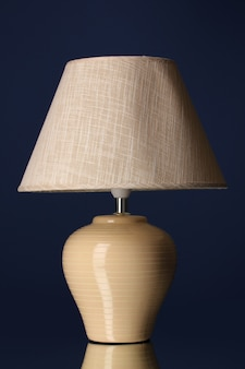 Tischlampe auf dunkelblauer oberfläche