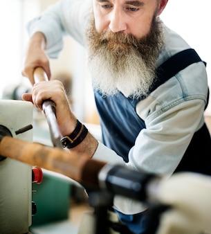 Tischler-handwerker-handwerks-hölzernes werkstatt-konzept
