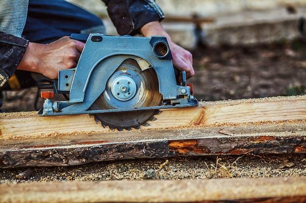 Tischler using circular saw für holz. nahansicht