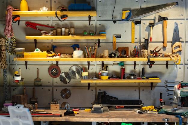 Tischlerei mit den notwendigen werkzeugen ausgestattet