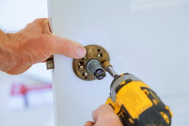 Tischlerverschlussinstallation mit elektrischer bohrmaschine in hölzerne innentür