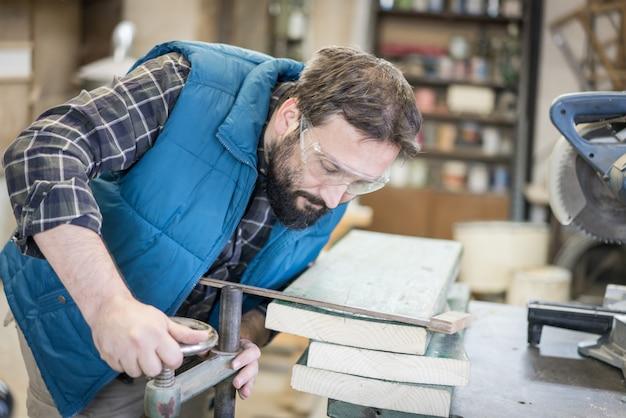 Tischlerwerkstatthandwerker mit werkzeugen