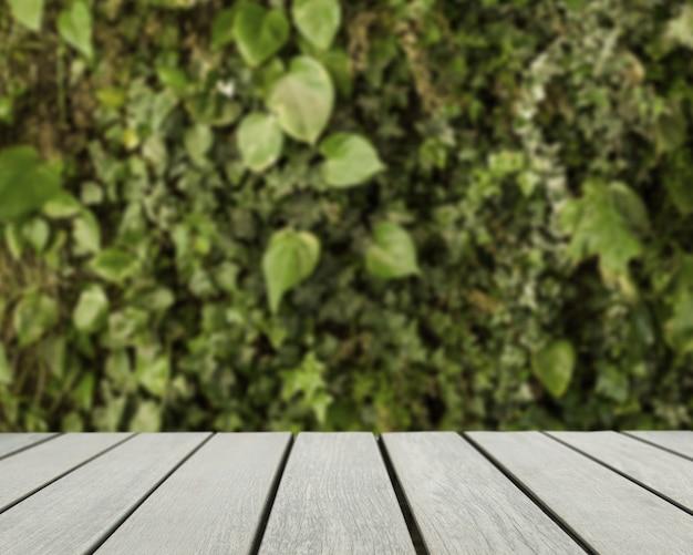 Tischoberfläche mit blick auf verschwommene grüne blätter