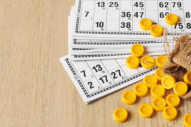 Tischplatte altes lottospiel. karten bingo auf hellem hintergrund
