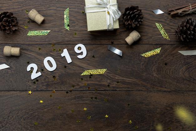 Tischplatte-ansicht der verzierungen der frohen weihnachten u. des guten rutsch ins neue jahr 2019.