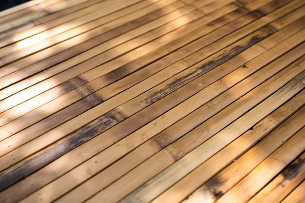 Tischplatte aus trockenem rindenbambusholz von handarbeit mit sonnenlicht flechten