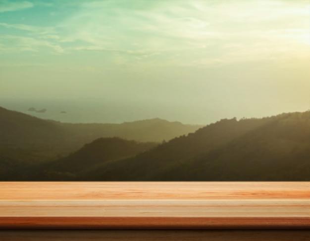 Tischplatte mit verschwommenem berggipfel - gut für die gegenwart und produkte zu fördern.