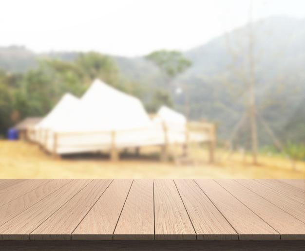 Tischplatte und verschwommener gebäudehintergrund