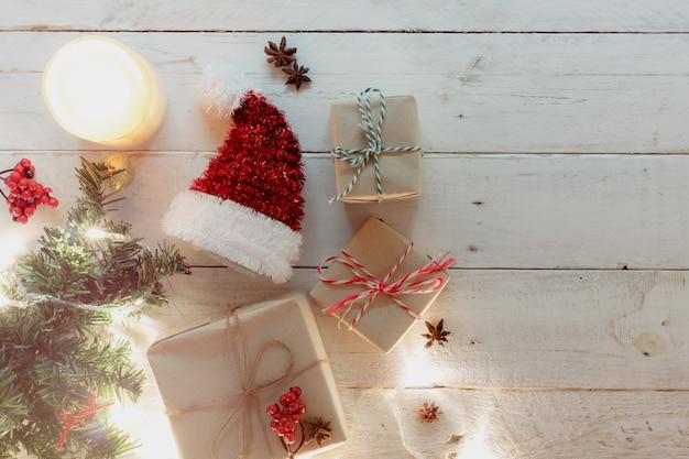 Tischplatteansicht des konzepteshintergrundes der frohen weihnachten u. des guten rutsch ins neue jahr wesentliche festliche dekorationen auf modernem braunem holz kopieren sie raum für kreativen text oder benennung designspott oben und schablone.