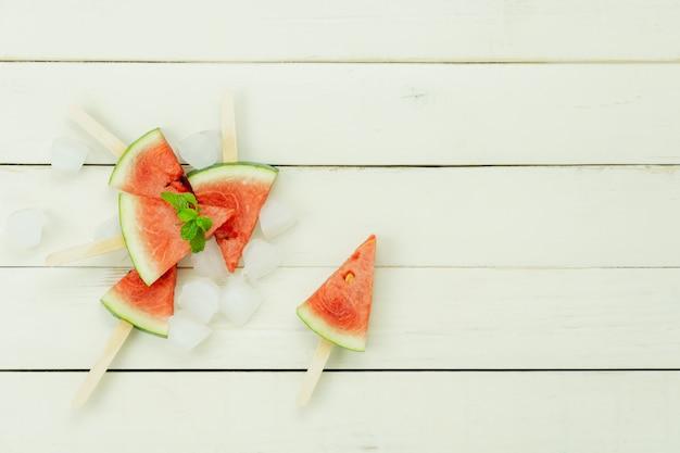 Tischplatteansichtfrucht tropisch mit getränk mit frühlingssommerferien- und -ferienhintergrundkonzept