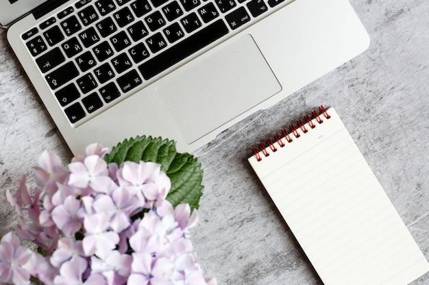Tischplatteneinzelteile mit laptop und notizbuch