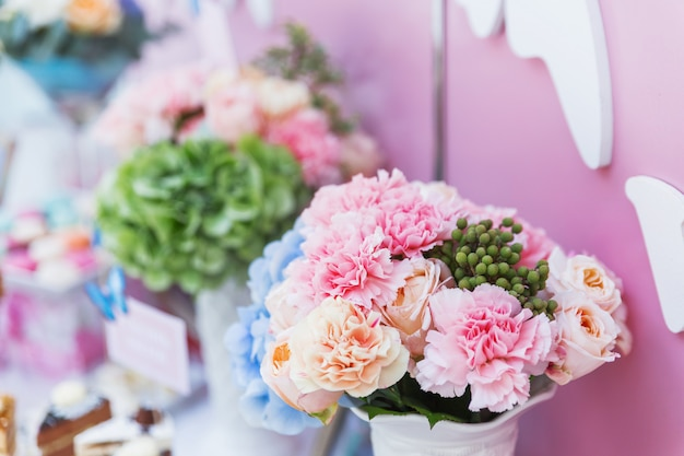 Tischset für hochzeitsbankett mit floralen kompositionen aus dianthus und hortensie.