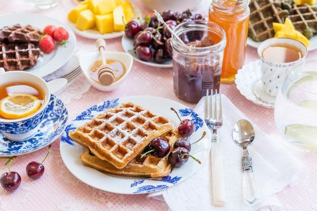 Tischset zum frühstück mit waffeln und beeren