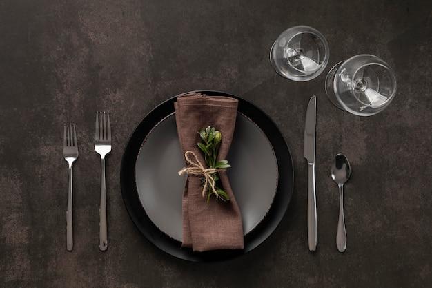 Tischsortiment mit pflanzenflachlage