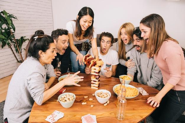 Tischspielkonzept mit schreienden freunden