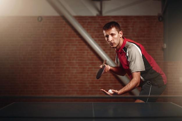 Tischtennis, männlicher spieler mit schläger und ball