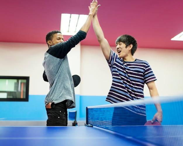 Tischtennis-ping-pong-freund-sport-konzept