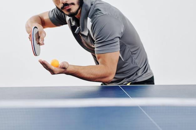Tischtennis-spieler, der ball dient