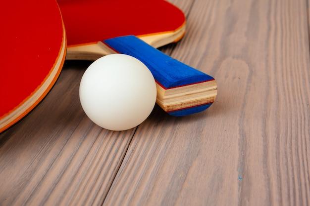 Tischtennisausrüstung auf holztisch schließen oben