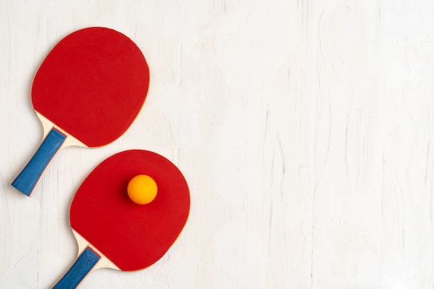 Tischtennisausrüstung. schläger und ball