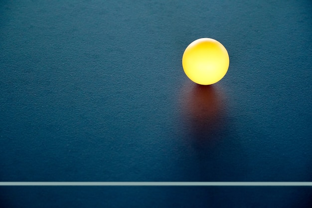 Tischtennisball auf dem tisch