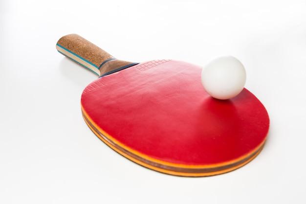 Tischtennisschläger und -ball auf einem weißen hintergrund