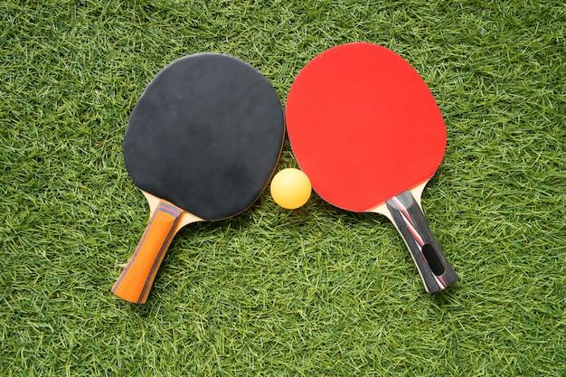 Tischtennisschläger und ball, indoor-sportaktivität