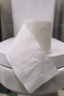 Tissue-papier auf toilettensitz