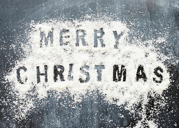 Titel der frohen weihnachten zwischen dekorativem schnee