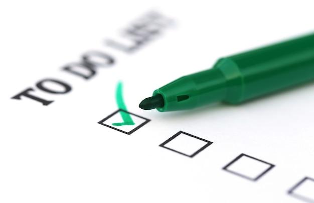 To-do-checkliste mit einem grünen stift