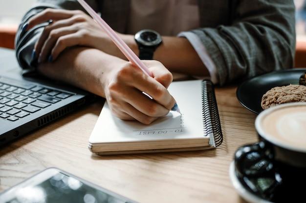 To-do-liste pläne organisieren projekte checkliste produktivität arbeiten frau schreiben to-do-liste nahaufnahme von