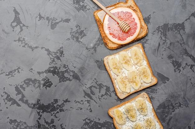 Toast auf einem grauen hintergrund.