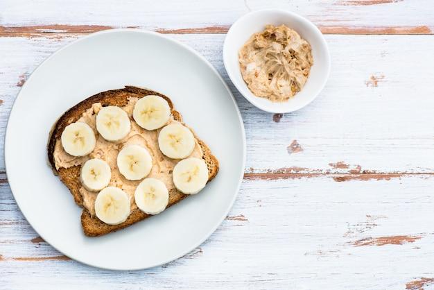 Toast aus vollkornbrot mit erdnussbutter und banane