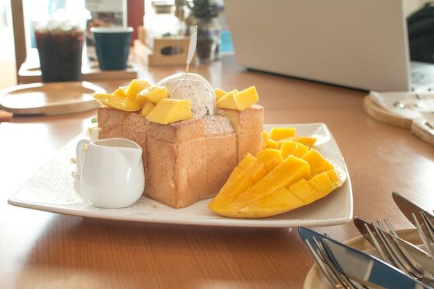 Toast brot pudding mit eis und mango.
