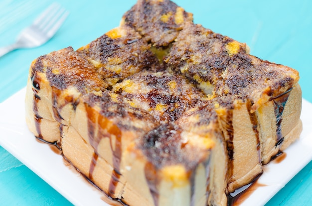 Toast-brot-pudding mit schokolade