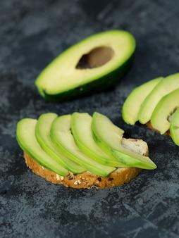 Toast gehackte avocado auf brot mit getreide