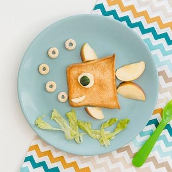 Toast in fischform mit apfel