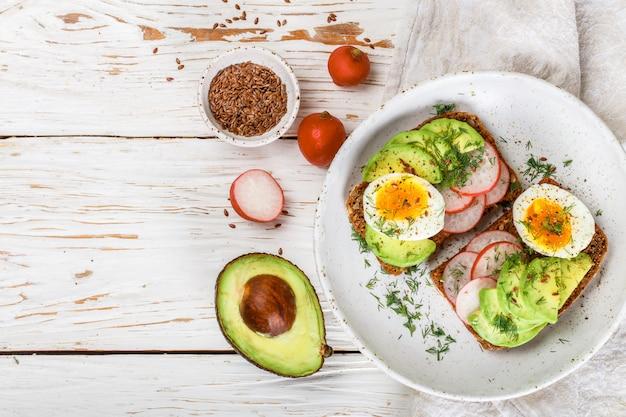 Toast mit avocado, rettich, ei und leinsamen