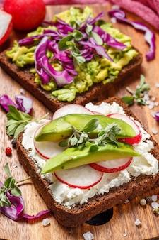 Toast mit avocado und gemüse