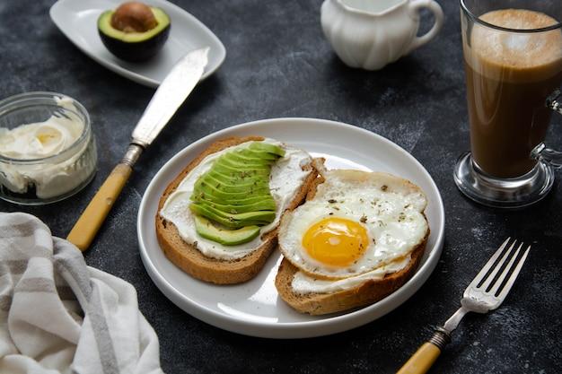 Toast mit avocado und spiegelei mit käsecreme