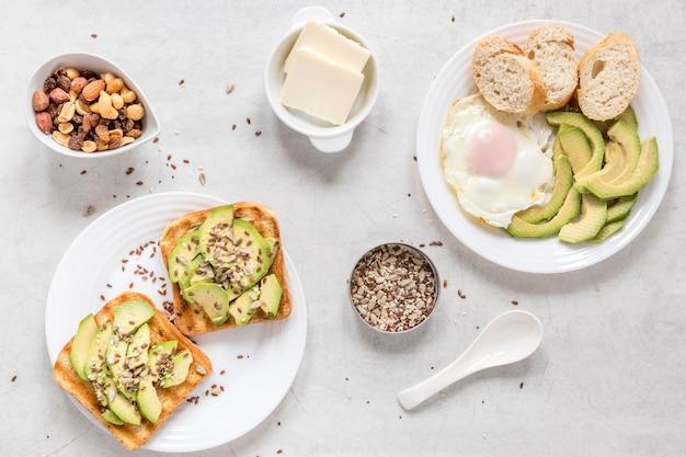Toast mit avocado und spiegelei