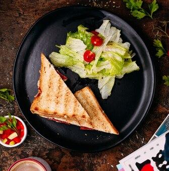Toast mit becons und kräutern